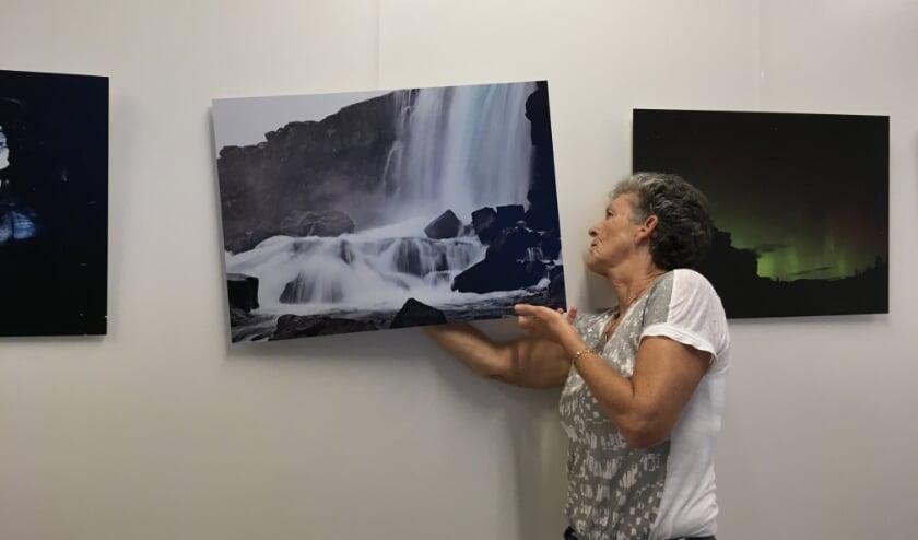 Gerry Blaauw met haar foto's.