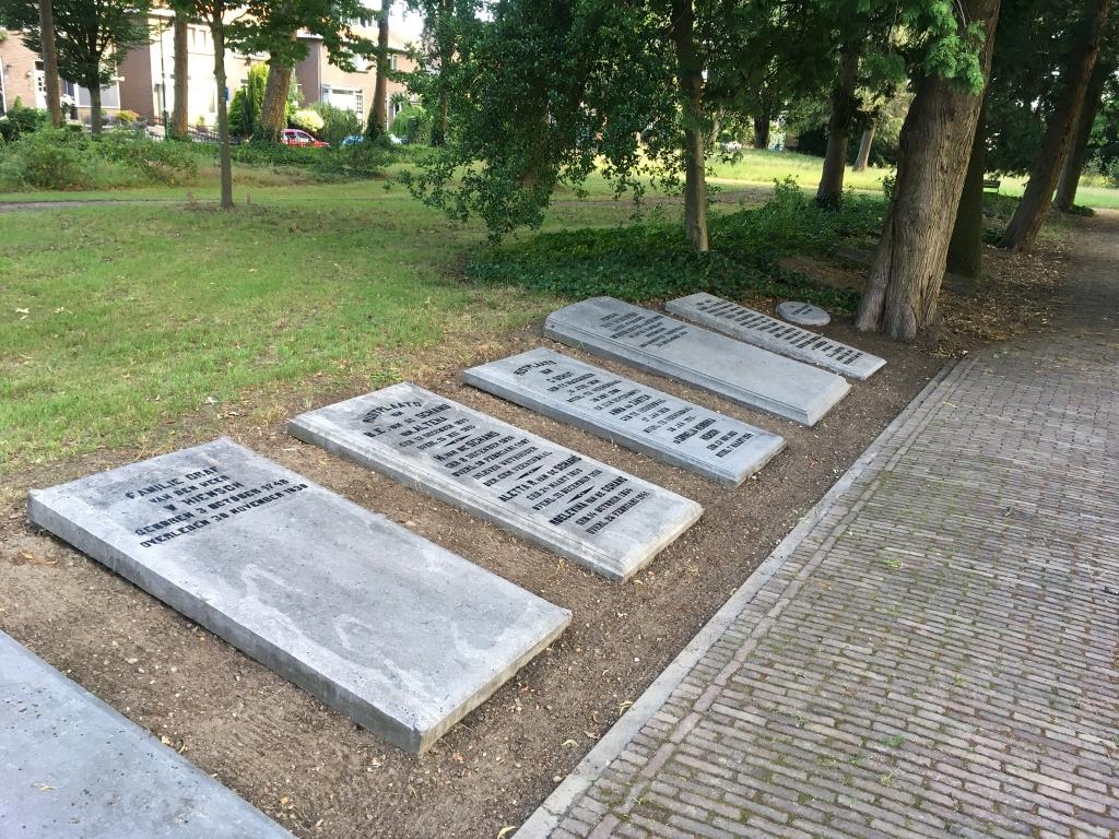 Een aantal gedenkstenen ligt er weer netjes bij. Foto: Aart Aalbers © DPG Media
