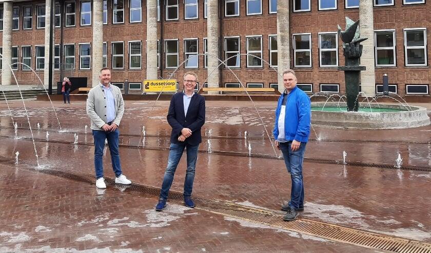 V.l.n.r. projectleider Ivo Heijenrath, wethouder Gerard Gerrits en projectmedewerker Peter Altena. (Foto: Leon Holweg)