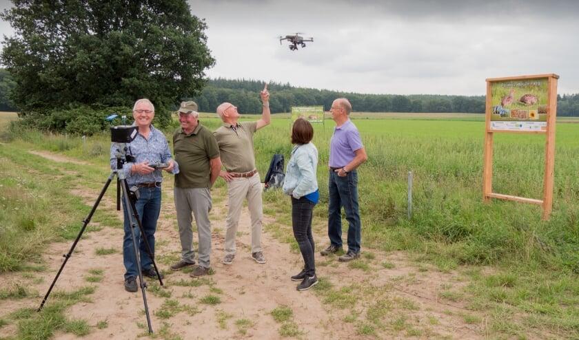 Dronecommissie en de initiatiefnemers Patrijzenproject Montferland doen een proefvlucht met de drone. (foto's: Ad van Roosendaal)