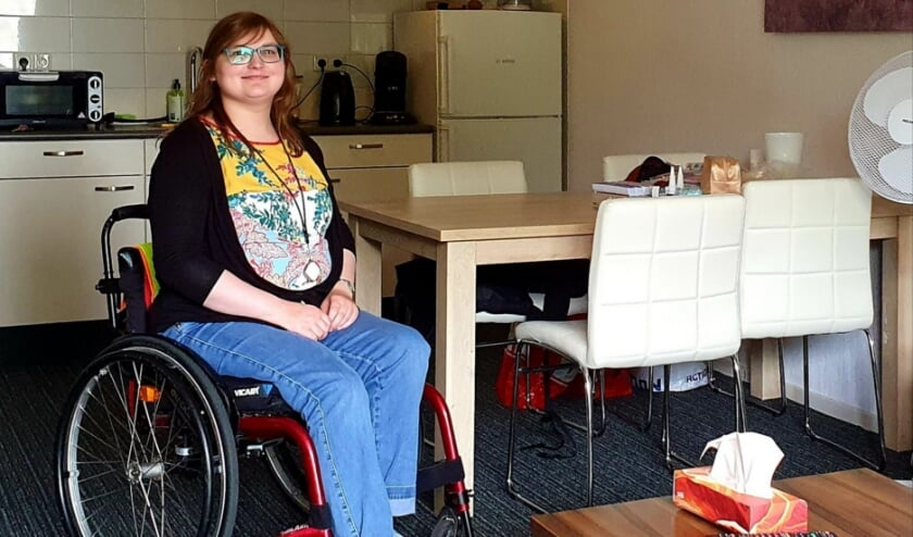 """Renske Weenink is de eerste bewoner van de wisselwoning: """"Dit appartement is van alle gemakken voorzien en lekker ruim zodat ik me hier met mijn rolstoel ook goed kan verplaatsen. Of ik hier nog een weekje langer wil logeren als dat zou kunnen? Ha, ha, nee, zo gek is het niet. Ik zie echt wel uit naar mijn eigen, opgeknapte appartement op de tweede etage."""""""