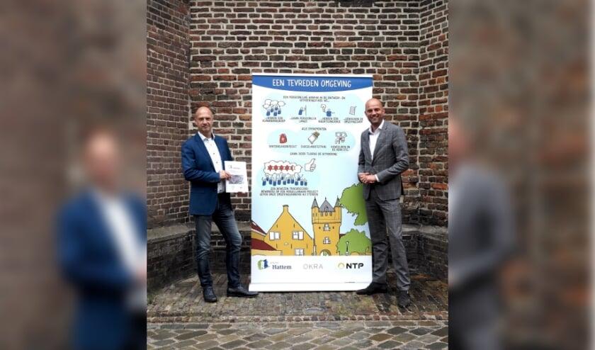Dinsdag ondertekenden wethouder Auke Schipper (rechts) en Rob Alberti van NTP BV, de bouwteamovereenkomst.