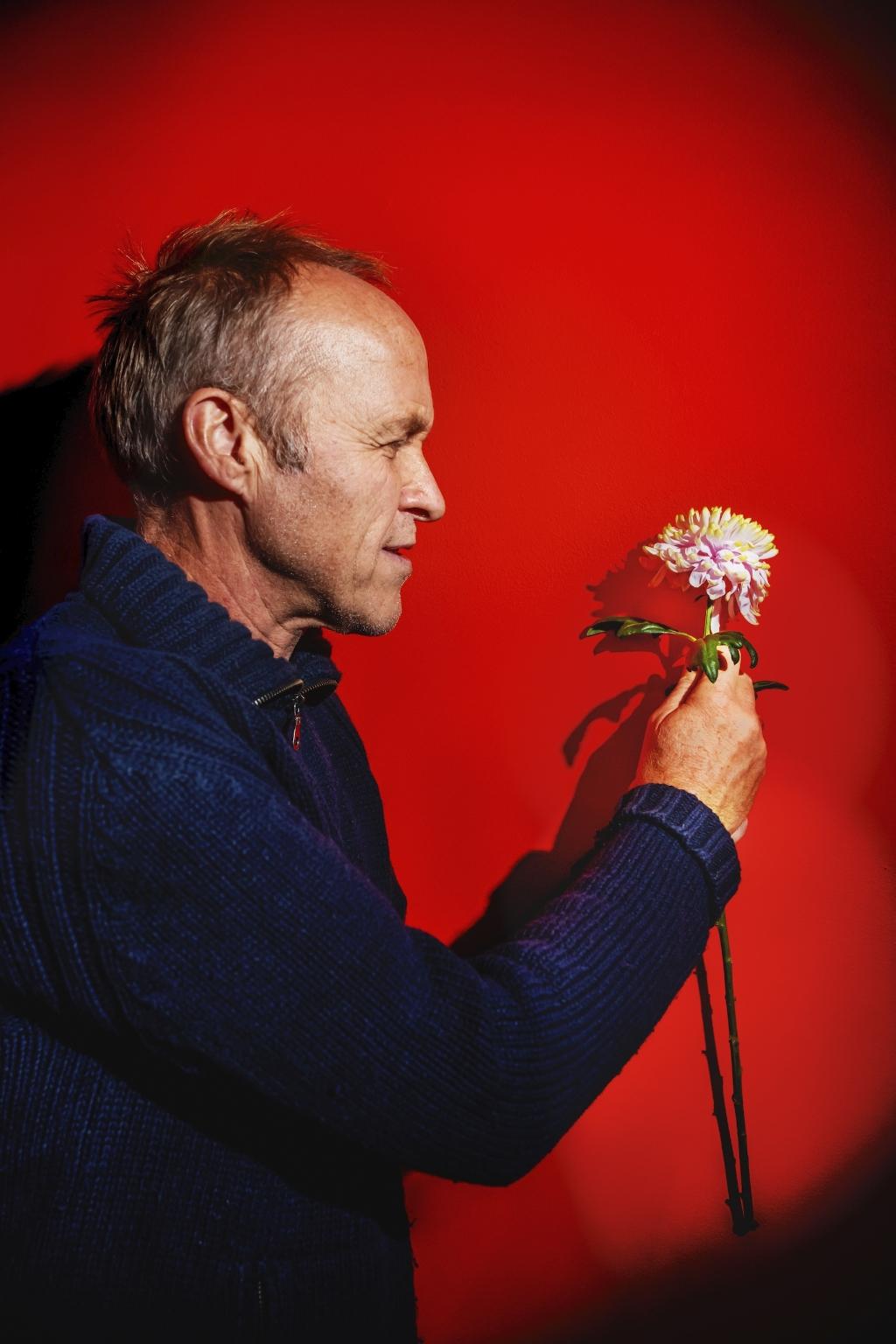 De voorstelling van Stef Bos wordt intiem, alleen met piano. Een laboratorium voor nieuwe songs en een haven voor ouder werk. Foto: Inge Kinnet © DPG Media