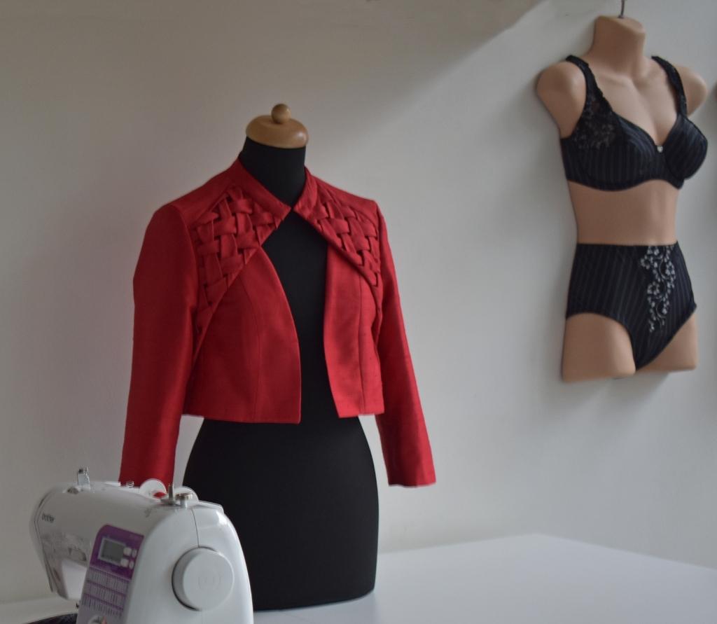 Bij de modevakschool leren cursisten om bijvoorbeeld jasjes en lingerie te maken.  Foto: Van Gaalen Media © DPG Media