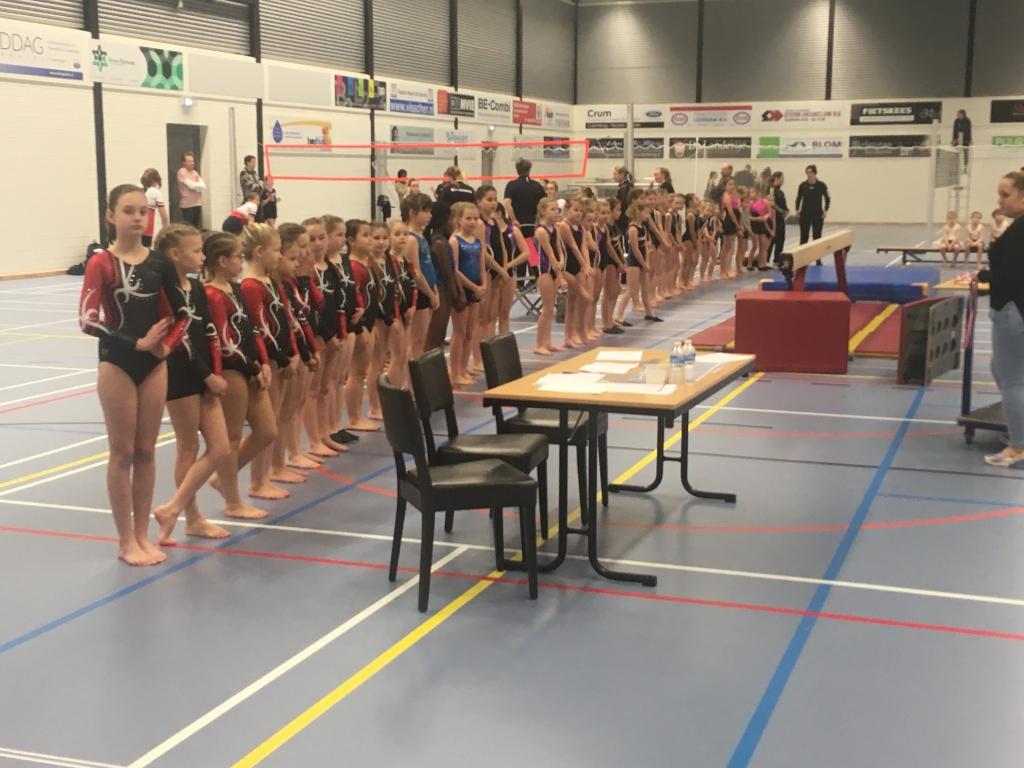 De turnsters staan klaar voor de medaille-uitreiking.     Foto:  © DPG Media