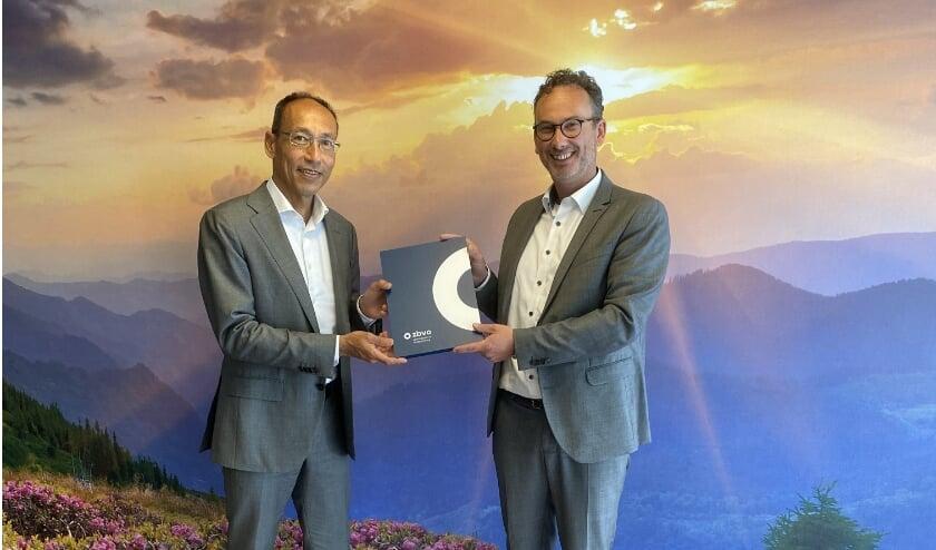 Ron Axt en Stefan Lucius met de getekende samenwerkingsovereenkomst.