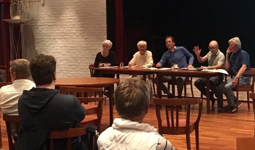 De vijf initiatiefnemers voor de oprichting van de Dorpsraad Ammerzoden – Wordragen in gesprek met hun dorpsgenoten in De Weesboom.