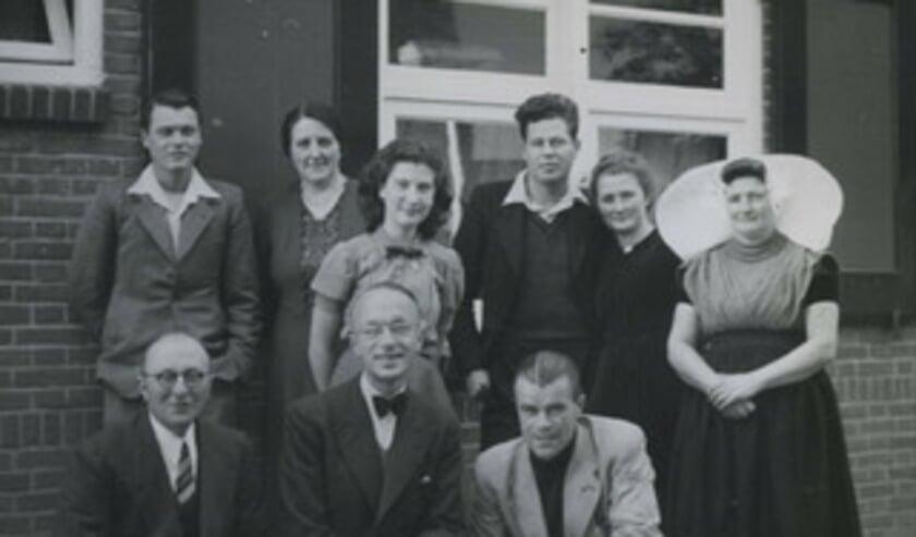 Sgt. Cooper (staand links) en Lt. Granrud (staand derde van rechts) met hun gastfamilie.