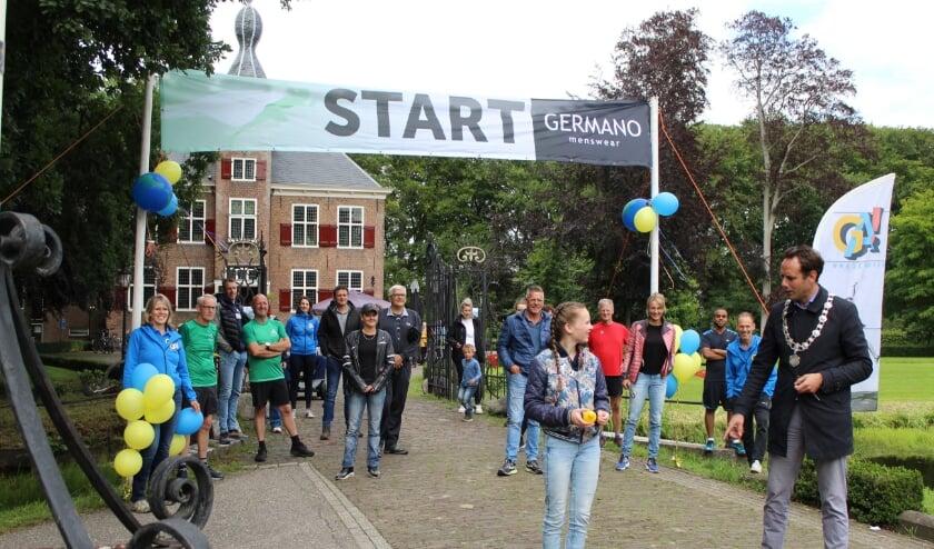 Burgemeester Harm-Jan van Schaik en kinderburgemeester  Isabella Hoeve gaven het startsein bij de Essenburgh voor 'Harderwijk op wereldreis'.