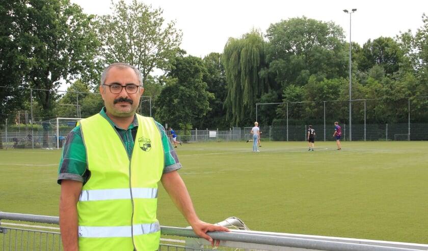 De eerste dienst werd ingevuld door toezichthouder Mehmet Sahin, die zelf twee kinderen bij Sportclub heeft voetballen. Verspreid over het veld waren maandag zo'n twintig kinderen aan het voetballen.