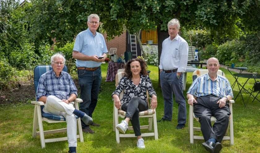 Redactie De Tielenaar stelt zich voor: Vlnr Bert Leenders, Jan Bouwhuis, Marjon de Lange, Walter Post en Emile Smit. Foto Jan Bouwhuis.