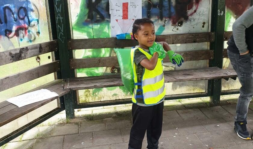 Jahlion gaat met 'Move in 1 dag' aan de slag in zijn wijk. Foto: Stichting Move