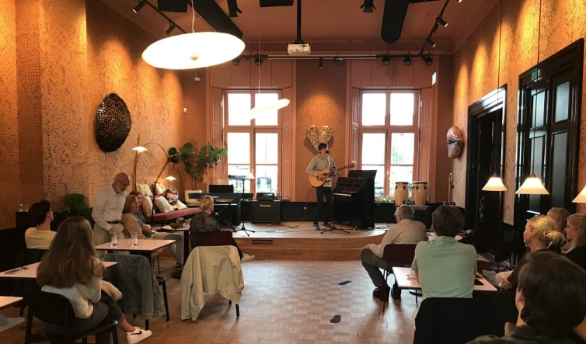 Een optreden van singer-songwriter Jur de Leeuw op het Open Podium in het Oude Stadhuis.