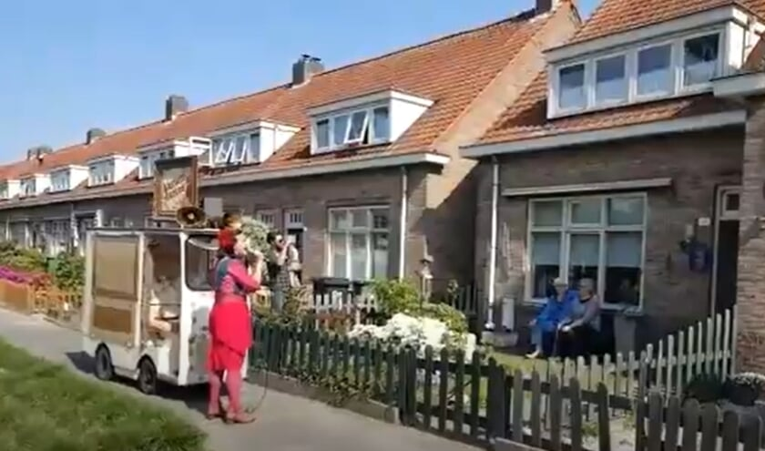 Zingende Koffiedame Jasmina Toh in actie in het Drents Dorp.