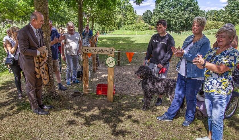 Wethouder Ton van Manen verzorgt de officiële opening van omheind Hondenspeelveld 't Snuffel-Akkertje in Geldermalsen