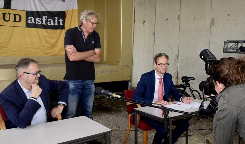 Wethouder Thierry van Vugt maakt aanstalten om het erfpachtcontract te ondertekenen. Daarna volgt wethouder Rogier Tetteroo. Foto: Marianka Peters