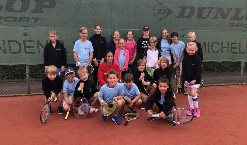 De kinderen en Elise Tamaëla bij T.V. Ter Weijde in Culemborg. (Foto: Fleur van Eeuwijk)