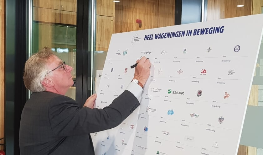 Burgemeester Geert van Rumund was namens de gemeente de eerste ondertekenaar van het Wagenings Sport- en Beweegakkoord. (foto: Kees Stap)