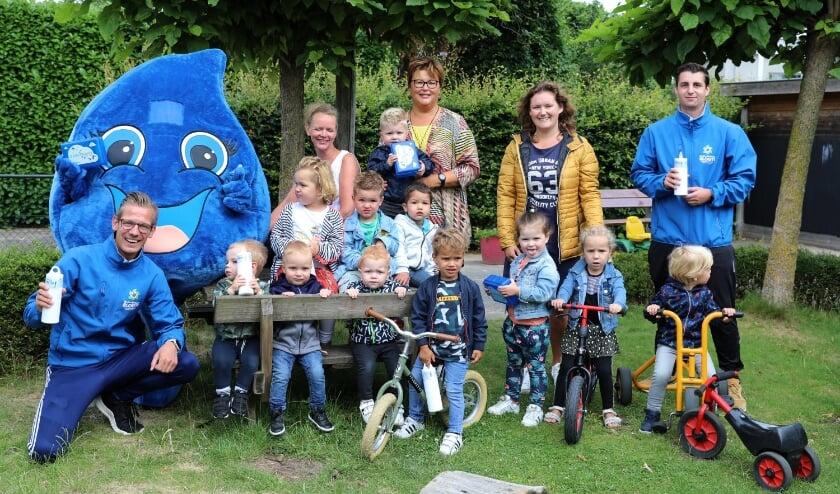 Navulbare drinkwaterflessen voor de kinderen van de voorscholen en peuterspeelzalen in Neder-Betuwe. De bevrijdingsbroodtrommels werden gelijk ook gebracht.