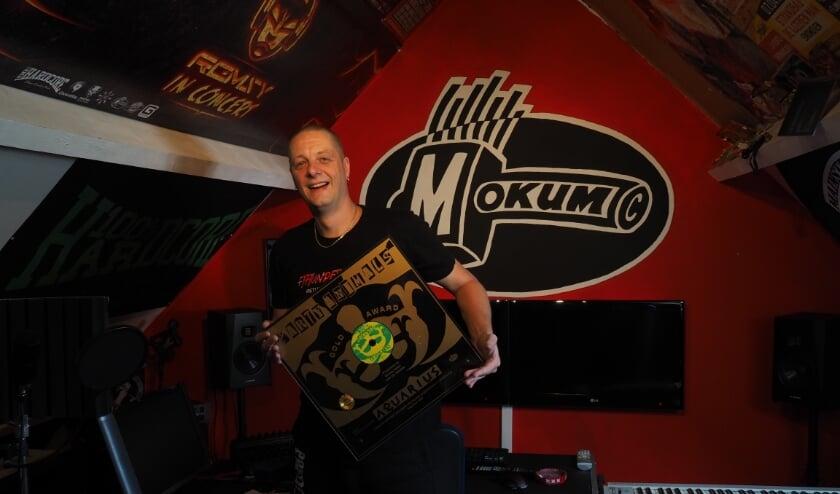Dennis (44) in zijn studio met een van zijn gouden platen. (Foto: Noortje de Vries).