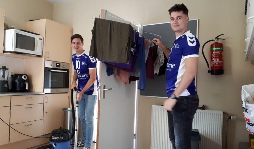 Volleyballers Duco Krook en Imre Harnischmacher doen samen het huishouden in het Vocasahuis.  (Foto: Moniek Hüsken)