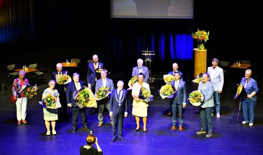 Alle gedecoreerden bij elkaar met burgemeester Lokker op het podium van het Stadstheater.