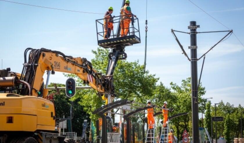 Werkzaamheden aan de vernieuwing van de bovenleiding op de tramlijn. Inmiddels is de hoogspanning op een aanzienlijk deel teruggezet. Om koperdiefstal te voorkomen (Foto: Rick Huisinga Fotografie)