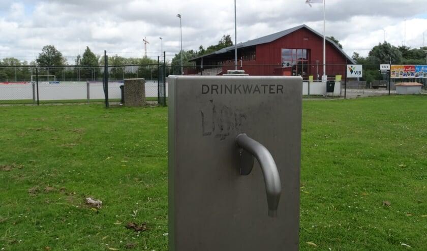 Her en der staan er watertappunten, zoals in park 't Nieuwelant. Bij de Westwijkhal niet. Daar moeten sporters hun dorst lessen met water uit de tap in de kleedkamers of toiletten. (foto: DPG/gsv)
