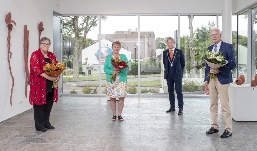 Mw. Van Groenestijn, mw. Steigerwald, burgemeester Beenakker, dhr. Carron.