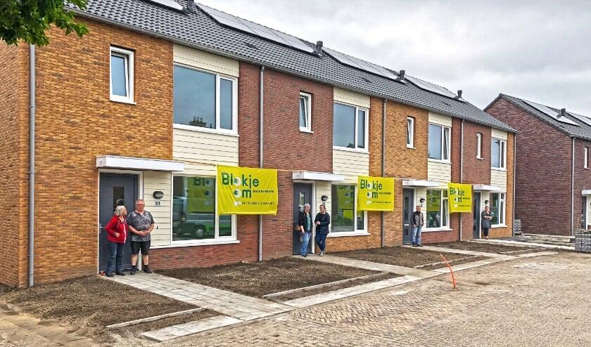 100e woning ProWonen Zelhem.jpg: Blije bewoners voor hun nieuwe woning (waaronder de 100e Blokje Om woning), een project van ProWonen in Zelhem.