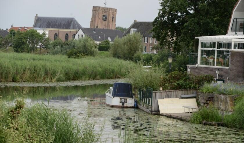 Kijk op de Linge in Acquoy met zicht op de scheve toren en de kerk die los staat van de toren. Als wel heel bijzonder is op het kerkhof het graf aanwezig van ene mevrouw Pissa.