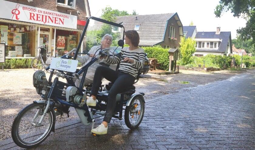 Mevrouw de Haas (90) vindt het heerlijk en fantastisch eens per week samen met de duofiets eropuit te gaan.