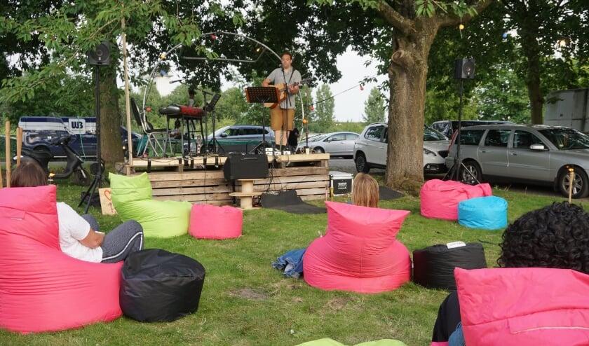 Gert-Jan Kersbergen liet op gitaar prachtige covers en zelf geschreven liedjes horen. Foto: Louie Mastenbroek