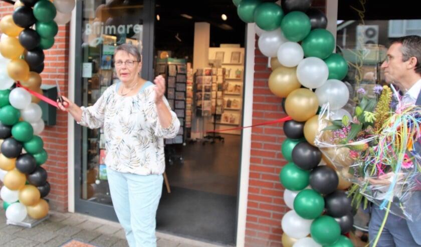 Agnes Drenth heeft het lint doorgeknipt en daarmee de nieuwe Blijmare geopend. Voorzitter André Russchen staat klaar met de bloemen,
