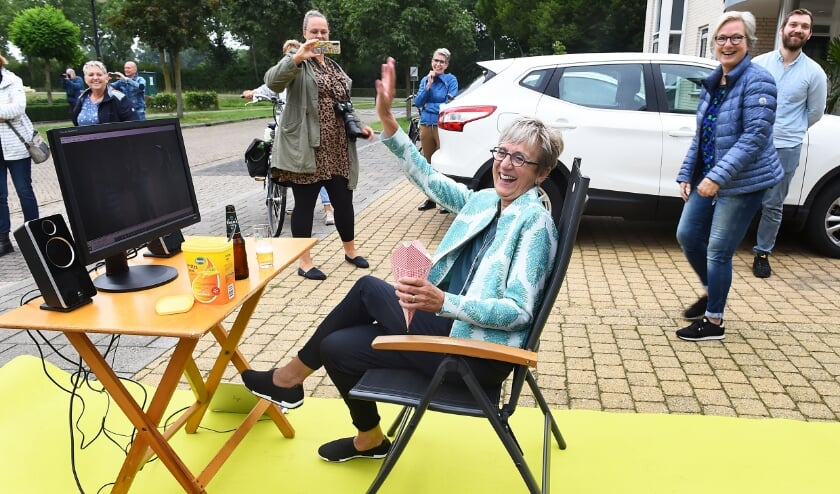 Jenny Vrencken zwaait vrolijk naar collega's en bekenden op haar laatste werkdag op de Westenthorst Ulft. (foto: Roel Kleinpenning)