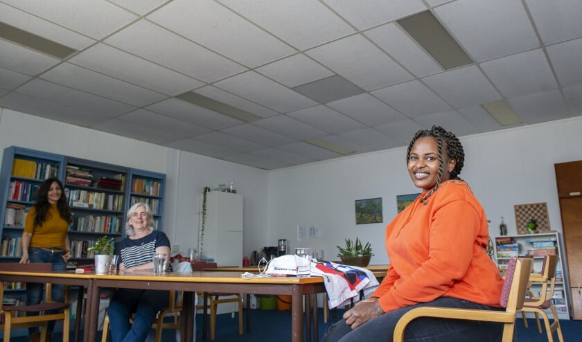 Asina (rechts) gaat met hulp van Bilge Yeleser (geheel links) en Anne-Marie Popping een aantal creatieve workshops met kinderen doen.