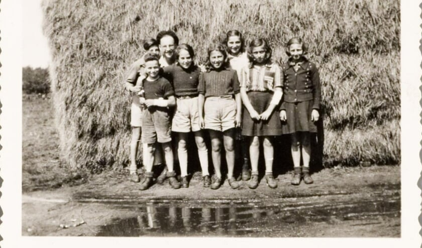 De groep meisjes die deelneemt aan een kamp op kampeerboerderij 't Klooster in Wapenveld.