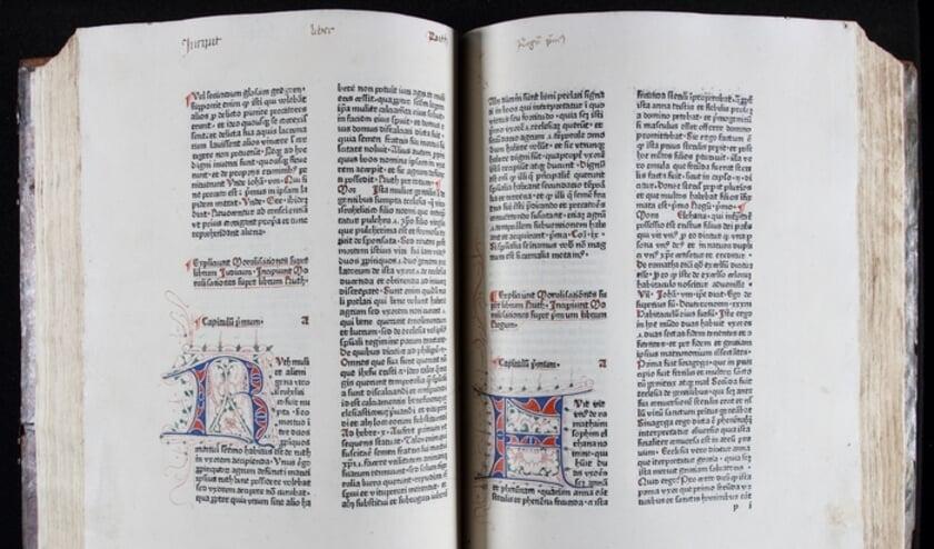 Het allereerste in Deventer gedrukte boek, de Liber bibliae moralis, bevat talrijke met de hand geschilderde en versierde initialen.