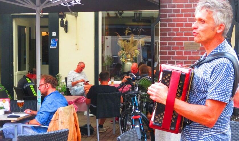 Een accordeonist geeft een fraai concert in het weekend op de Markt.