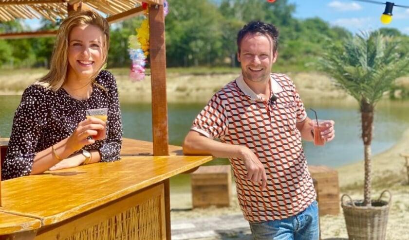Presentatoren Lisanne Halleriet en Frank Oosterwegel op Playa Gassolina.
