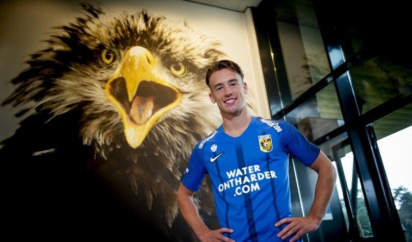 Patrick Vroegh poseert in het nieuwe uitshirt van Vitesse, dat gedragen zal gaan worden in het seizoen 2020 - 2021.