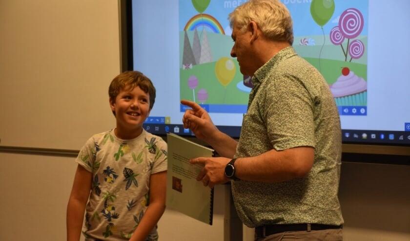 Ruben van den Borne samen met de directeur van basisschool de Leilinde; meester Marius.