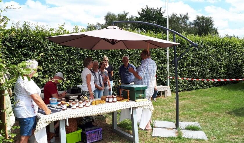 Onderweg wordt er een stop gemaakt bij Wijngaard Telgt, hier is een imker aanwezig die u als geen ander enthousiast kan vertellen over de bijen. (foto: Wijngaard Telgt)