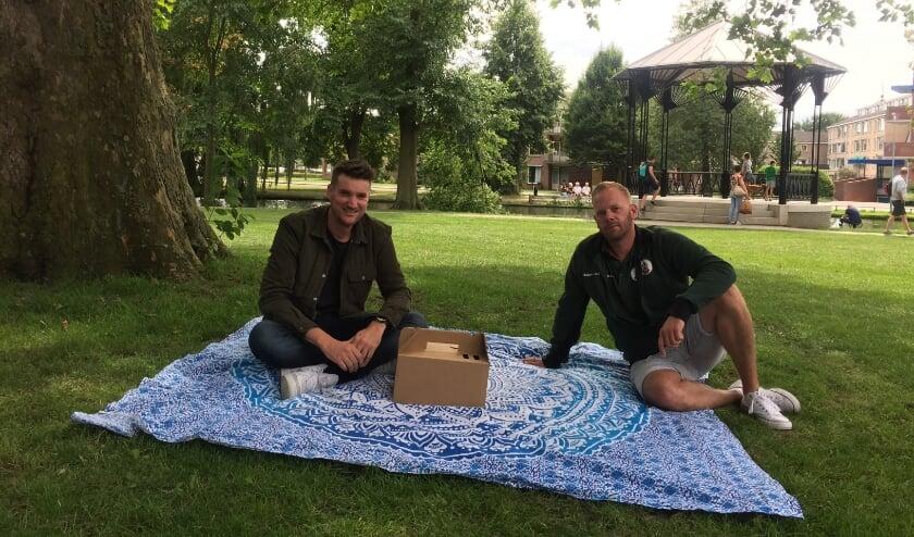 Ruben Rijsenbeek (links) en Robert van den Berg organiseren zondag 9 augustus de Picknicktuin in het Plantagepark.