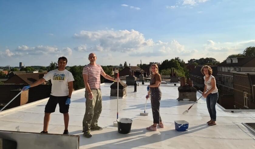 Sommige Arnhemmers schilderden al hun dak wit. Ook een manier om de hitte in de stad tegen te gaan.