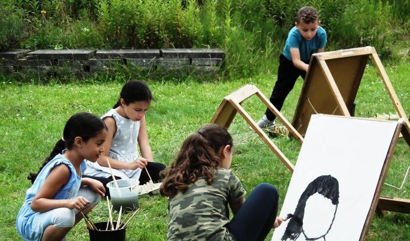 Ouders en kinderen genoten van het gipsen, schilderen, activiteiten in de schaapskooi en sporten. Foto: Frank Peek