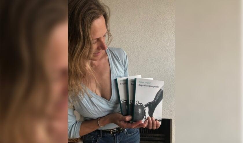 Debora Degreef met haar boek