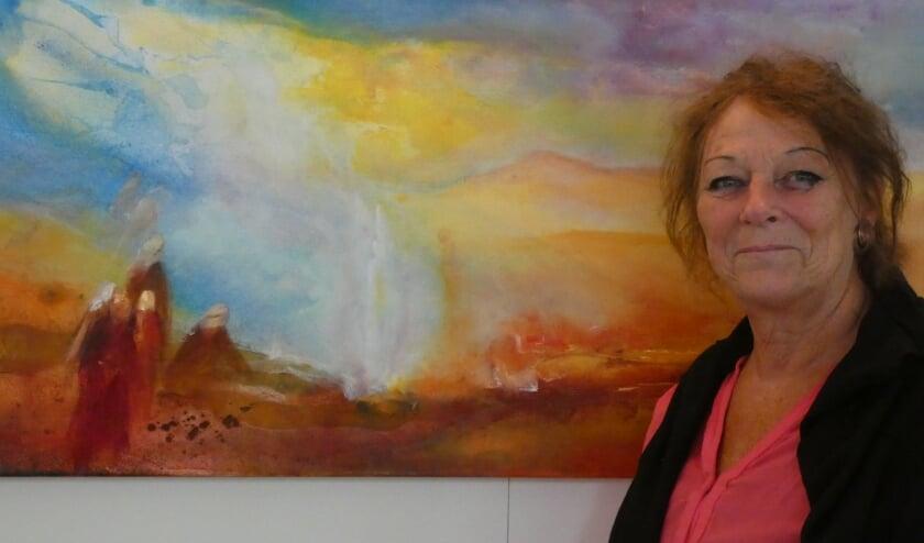 Elzelien Jansen bij een van haar schilderijen op de expositie 'Zomerkunst'.