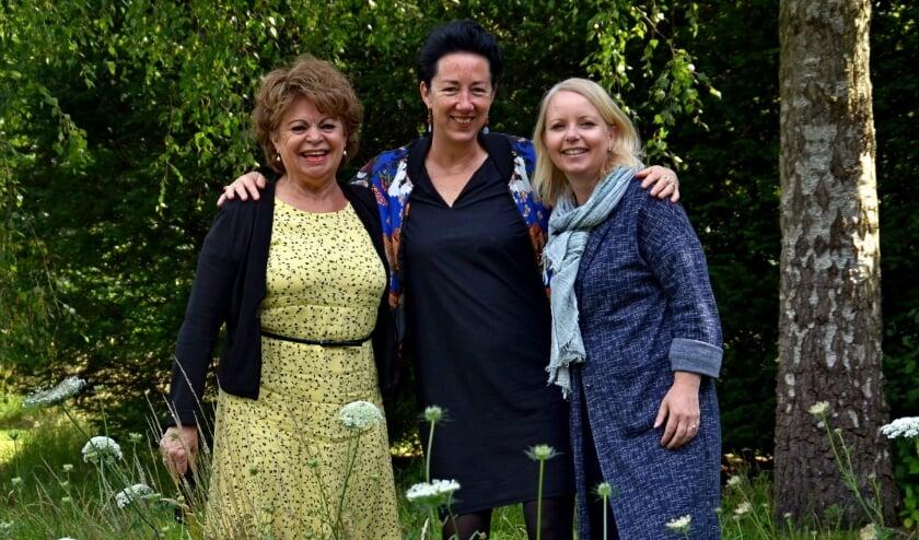 Vlnr: Sam Heijnens, Cecile van Hattem en Sabine Karssen op de Wageningse begraafplaats de Leeuwerenk (foto Jan Boer)