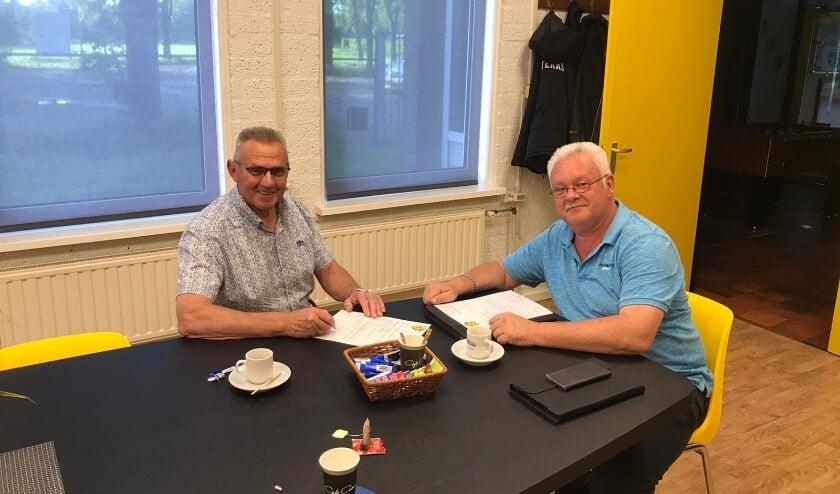 Piet Cox van Bouwbedrijf Cox BV ondertekent overeenkomst met voorzitter RKSV Sterksel Hans Langeveld.